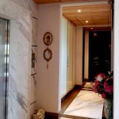 Duplex, Vasant Vihar:  Corridor & hallway by Chaukor Studio