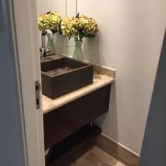 Apartamento Barra da Tijuca - Rio de Janeiro: Banheiros rústicos por Claudia Saraceni