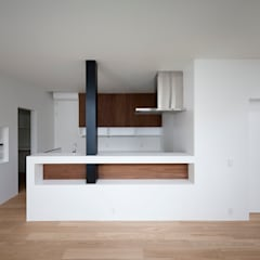 ペニィンシュラタイプの対面キッチン: 石川淳建築設計事務所が手掛けたシステムキッチンです。