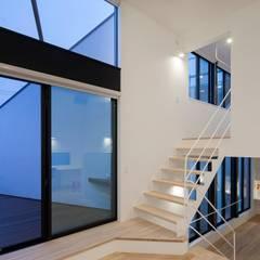 リビングとバルコニー: 石川淳建築設計事務所が手掛けたリビングです。