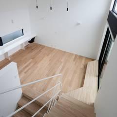 子供室から見下ろし: 石川淳建築設計事務所が手掛けた階段です。