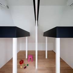 立体的な子供室: 石川淳建築設計事務所が手掛けた子供部屋です。