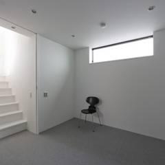東京目黒のスキップフロアの家 ハコノオウチ13: 石川淳建築設計事務所が手掛けた寝室です。