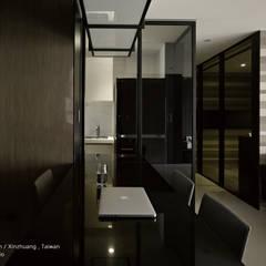 現代都會雅痞風的單身男性公寓:  置入式廚房 by SECONDstudio