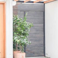 Portes d'entrée de style  par Arqbau Ltda.