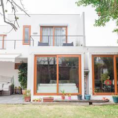 منزل عائلي صغير تنفيذ Arqbau Ltda.
