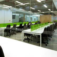 OFICINAS CORPORATIVAS EVERIS QUERETARO: Oficinas y tiendas de estilo  por IN - OUT ARQUITECTURA