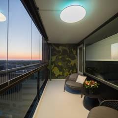 Lichtgrijze PU Mono gietvloer in moderne woning :  Terras door Motion Gietvloeren