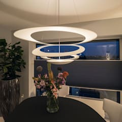 Lichtgrijze PU Mono gietvloer in moderne woning:  Eetkamer door Motion Gietvloeren