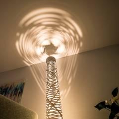 Lichtgrijze PU Mono gietvloer in moderne woning:  Woonkamer door Motion Gietvloeren