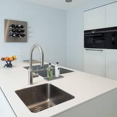 Lichtgrijze PU Mono gietvloer in moderne keuken:  Keukenblokken door Motion Gietvloeren