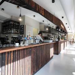 PU Mix gietvloer in delicatessenwinkel en restaurant Franks Smoke House in Amsterdam Oost:  Kantoor- & winkelruimten door Motion Gietvloeren, Modern Kunststof