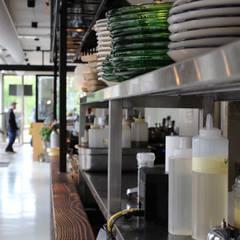 PU Mix gietvloer in delicatessenwinkel en restaurant Franks Smoke House in Amsterdam Oost:  Kantoor- & winkelruimten door Motion Gietvloeren