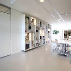 Lichtgrijze PU Mono gietvloer bij Zorgbalans in Haarlem :  Gezondheidscentra door Motion Gietvloeren