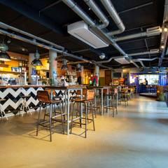 PU Mix betonlook gietvloer in café Fest :  Bars & clubs door Motion Gietvloeren