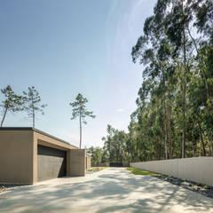 Casa Rio Mau: Garagens e arrecadações  por Raulino Silva Arquitecto Unip. Lda