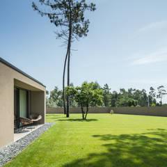 Casa Rio Mau: Jardins  por Raulino Silva Arquitecto Unip. Lda