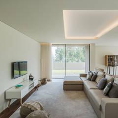 اتاق نشیمن توسطRaulino Silva Arquitecto Unip. Lda, مینیمالیستیک