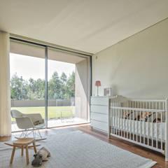 Nursery/kid's room by Raulino Silva Arquitecto Unip. Lda