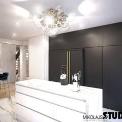 czarna zabudowa: styl , w kategorii Kuchnia zaprojektowany przez MIKOŁAJSKAstudio