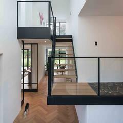 Nieuwbouw villa:  Gang en hal door Richèl Lubbers Architecten