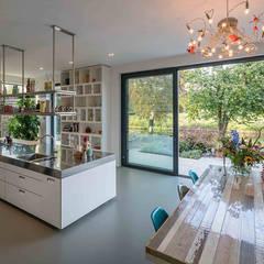 Nieuwbouw villa Moderne keukens van Richèl Lubbers Architecten Modern