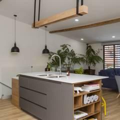 cocina casa laureles: Cocinas de estilo  por Adrede Diseño