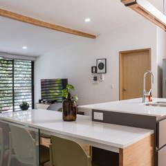 barra casa laureles: Cocinas de estilo  por Adrede Diseño
