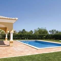 Reforma de Piscina en Málaga: Piscinas de jardín de estilo  de Klausroom