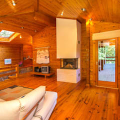 Um refúgio natural no Gerês Salas de estar rústicas por Rusticasa Rústico Madeira maciça Multicolor