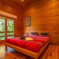 Um refúgio natural no Gerês Quartos rústicos por Rusticasa Rústico Madeira maciça Multicolor