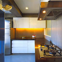 2bhk Kolkata:  Built-in kitchens by HANNAH INTERIOR CONCEPTS