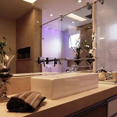 Apartamento - CLÁSSICO E CONTEMPORÂNEO: Banheiros  por INSIDE ARQUITETURA E DESIGN
