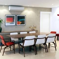 SALA DE JANTAR CONTEMPORÂNEA E ACONCHEGANTE: Salas de jantar modernas por Adriana Scartaris design e interiores