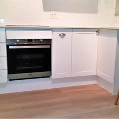 The Minimalist-Style Studio Kitchen by Zingana Kitchens and Cabinetry Minimalist