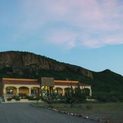 Acceso a Hacienda.: Casas de campo de estilo  por GPro - Gabinete de Proyectos