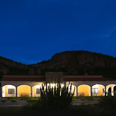 Iluminación en fachada principal.: Casas de campo de estilo  por GPro - Gabinete de Proyectos