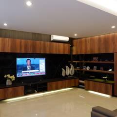 Modern Masculine house: Ruang Keluarga oleh Exxo interior,