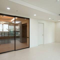 주방을 포인트로 만든 청라린스트라우스: 디자인 아버의  거실