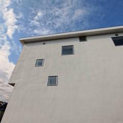伊豆の国の家: 前田篤伸建築都市設計事務所が手掛けた樹脂サッシです。