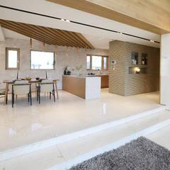 정제된 아름다움을 보여주는 프리미엄 모던전원주택 (경기도 화성시): 더존하우징의  거실