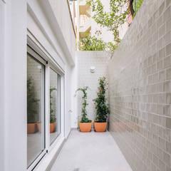 Apartamento na Lapa: Terraços  por Maria Inês da Costa | ARQUITECTURA