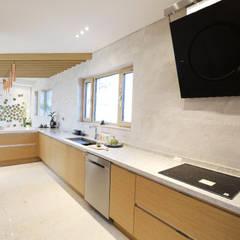 정제된 아름다움을 보여주는 프리미엄 모던전원주택 (경기도 화성시): 더존하우징의  빌트인 주방