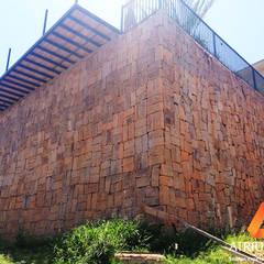 Muro de pedra bruta: Paredes  por Atrium Vale Pedras e Projetos