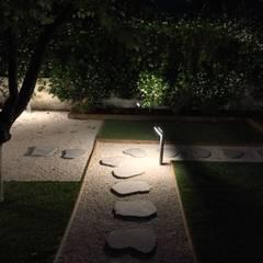 Uno sguardo notturno: Giardino in stile  di AbitoVerde