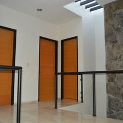 CASA TURQUESA: Puertas de estilo  por Zona Arquitectura Más Ingeniería