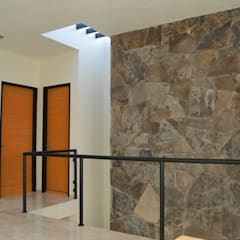 CASA TURQUESA: Paredes de estilo  por Zona Arquitectura Más Ingeniería
