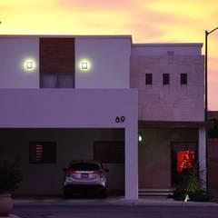 Fachada principal con iluminación.: Casas unifamiliares de estilo  por GPro - Gabinete de Proyectos