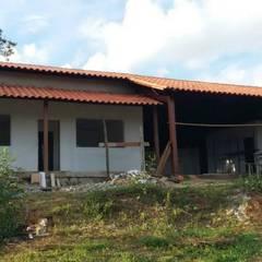 Casas de campo de estilo  por TRIEB ARQUITETURA