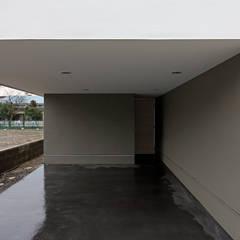 Cobertizos de estilo  por 前田篤伸建築都市設計事務所